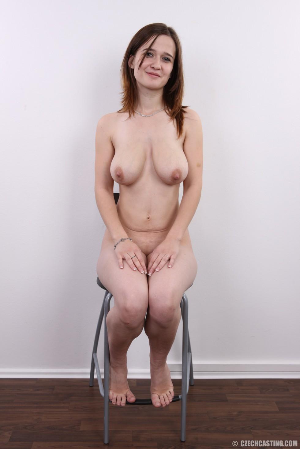 Девушка не знает чего ожидать на такой необычной фото сессии, но ведет себя очень даже мило