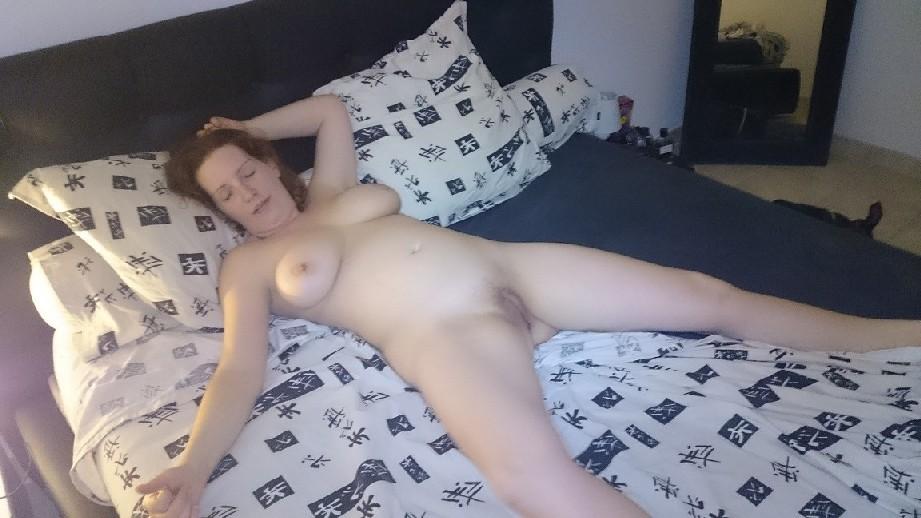 Сандра дает разглядеть свою пышную фигуру и показывает, как она любит делать мужчине минет