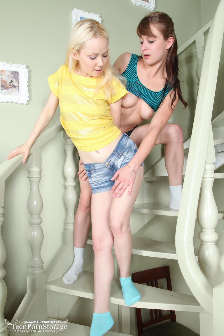 Почему бы горячим лесби не попробовать экстрим трах на лестнице, тем более с мощным вибратором?