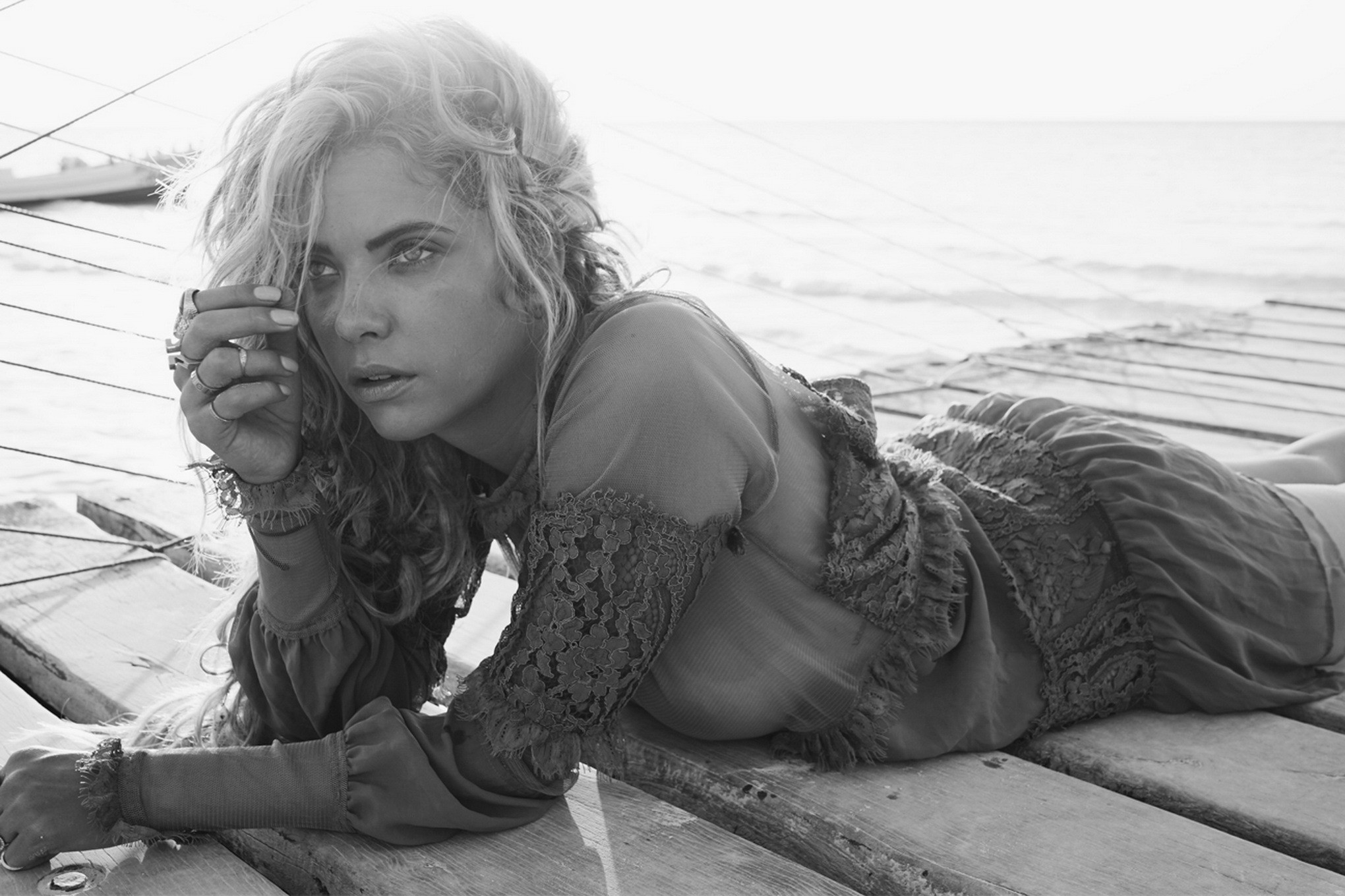 Эшли Бенсон просто обожает море, свежий морской воздух ее невероятно возбуждает