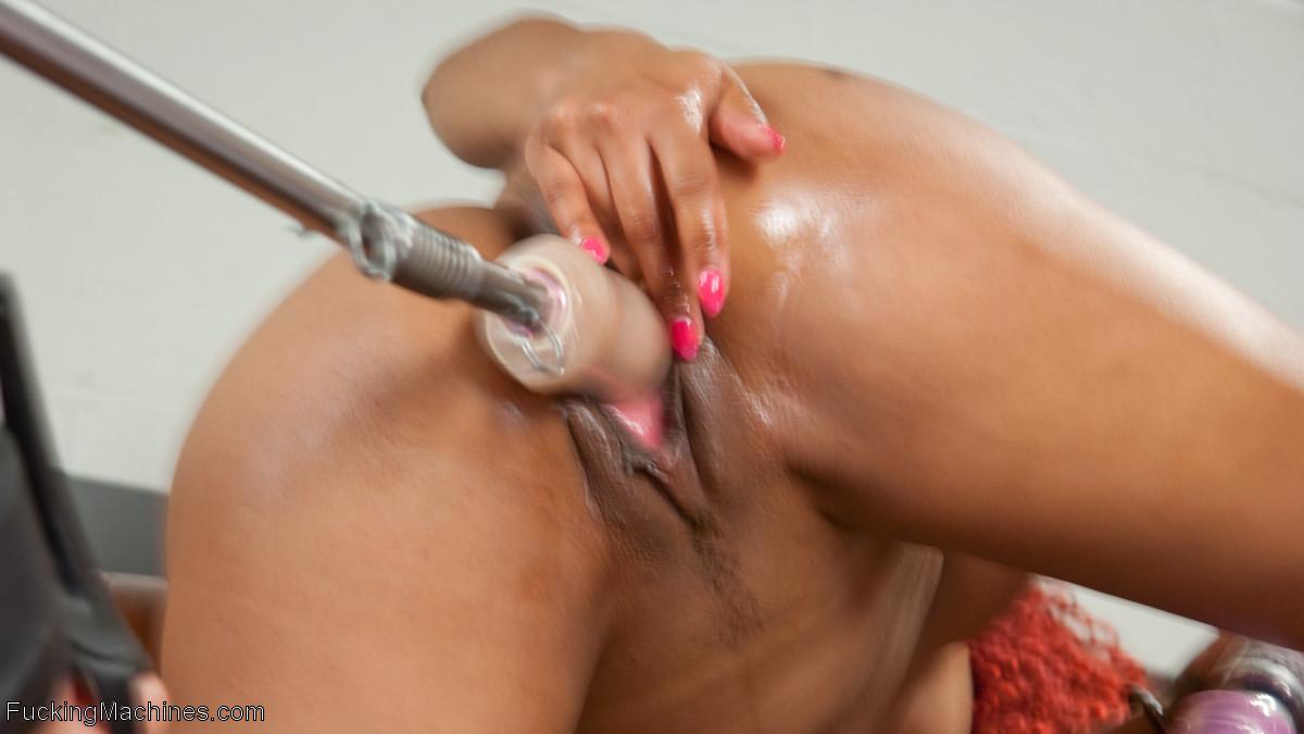 Дейзи доводит себя с помощью разных секс-машин до мощных оргазмов и сквирта