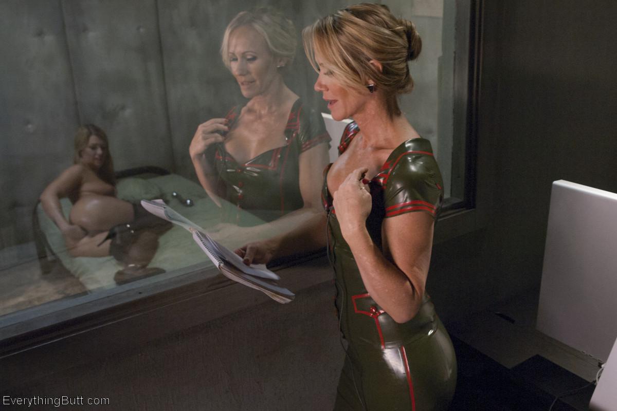 Симона Соней устраивает молодой девушке Дженне Эшли мощную прочистку анального отверстия