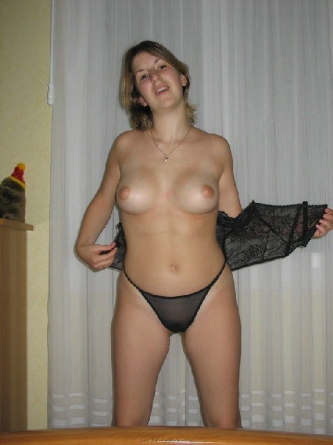 Развратная дамочка охотно участвует в эротической фотосессии