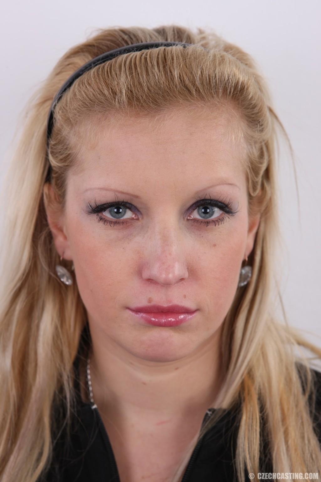 Получить роль в порно эта блонда вряд ли сможет