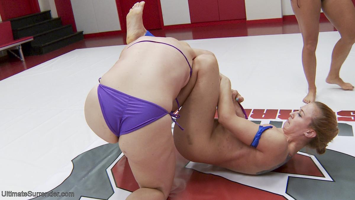 Шайен Джуэл борется с Мистресс Кара и не хочет проиграть, ведь проигравшему устраивают секс