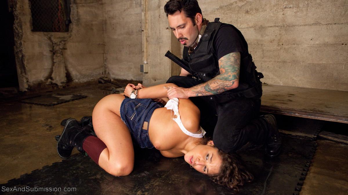Мужчина любит доминировать и показывает своей подружке, каково это – быть в подчинении и выполнять любые прихоти