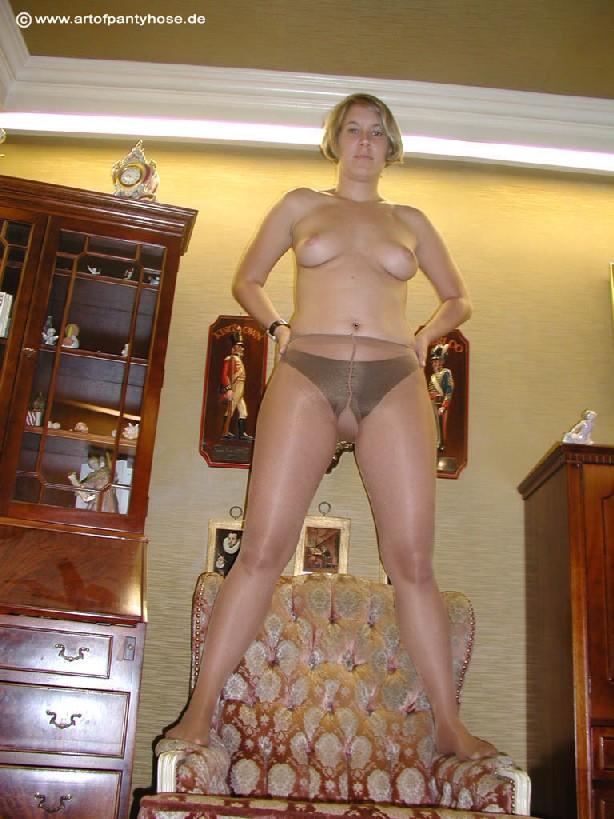 Миа Зиммер показывает свою грудь, но низ она не снимает, оставаясь в колготках и трусах