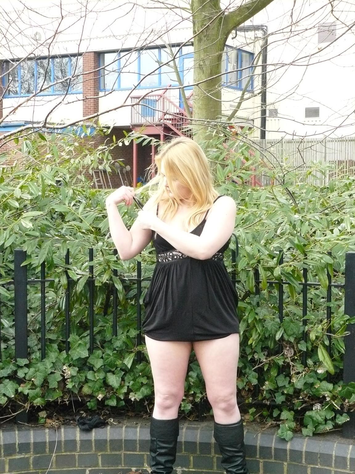 Смелая телочка София не носит белья и даже готова обнажиться в городском парке посреди дня