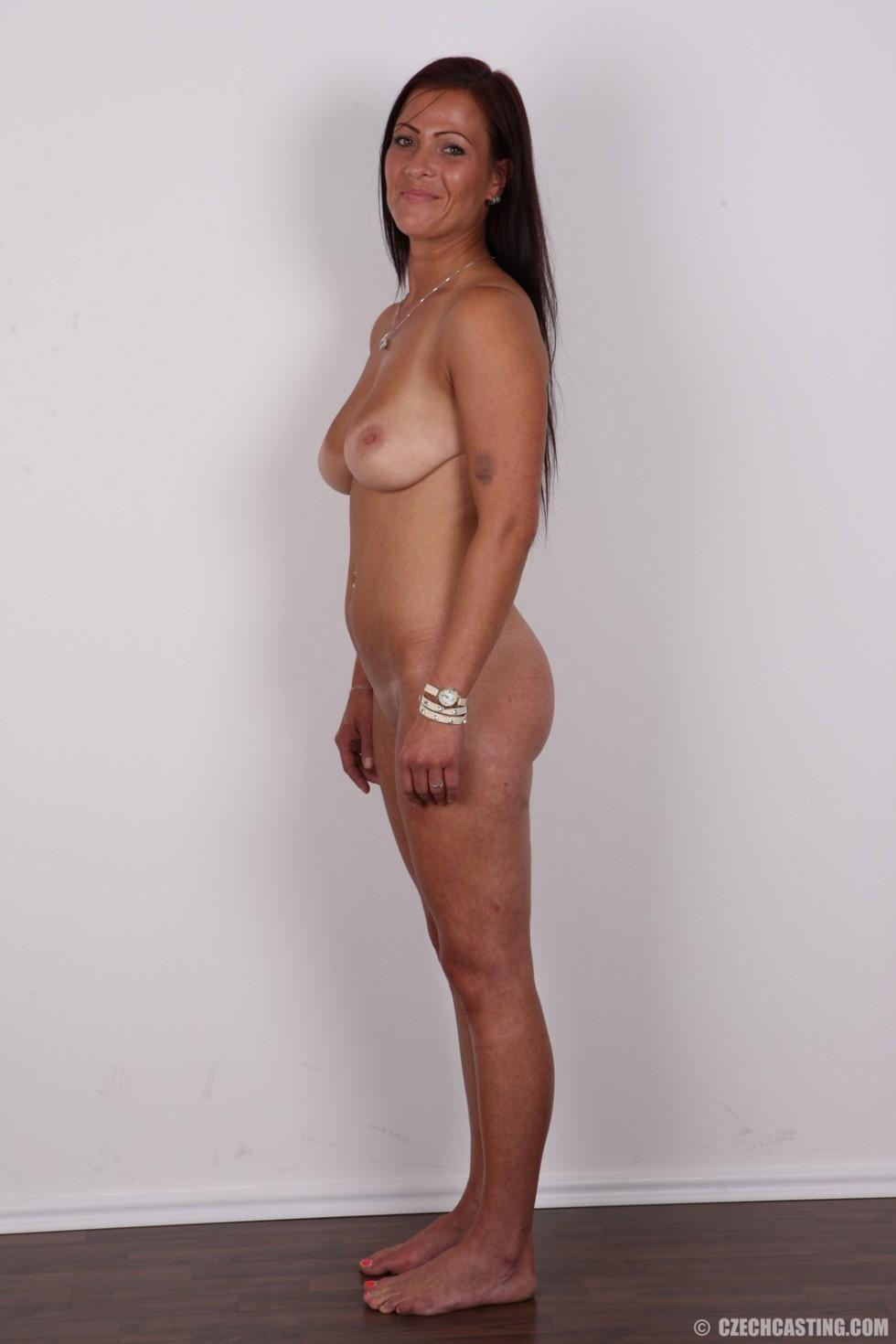 Зрелая девушка показала на кастинге шикарное загорелое тело и классные натуральные дойки