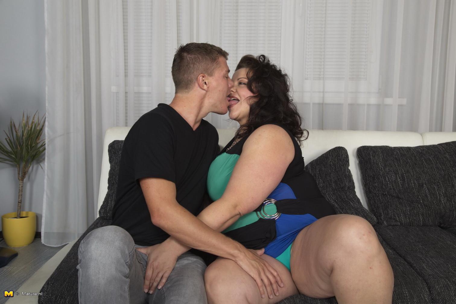 Два молодых парня старательно облизывают грудь одной пышной дамочки, но дальше прелюдия не заходит