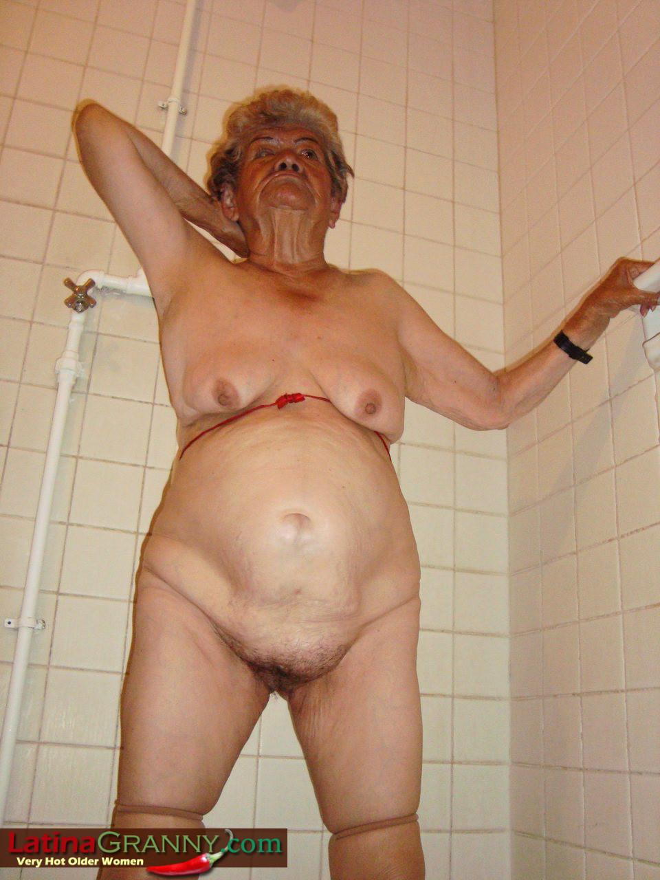 Пожилая Омма Пасс позирует обнаженной в душе