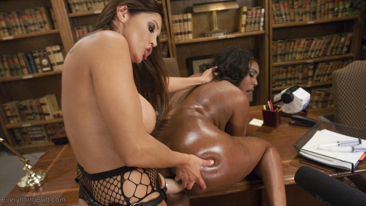Франческа развлекается со своей подружкой, используя жесткие приемы