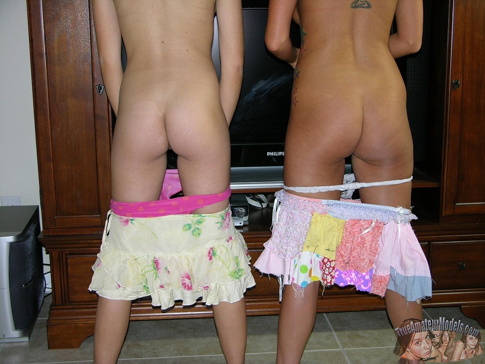 Две симпатичные молодые особы позируют перед камерами в обнаженном виде и ничего не стесняются