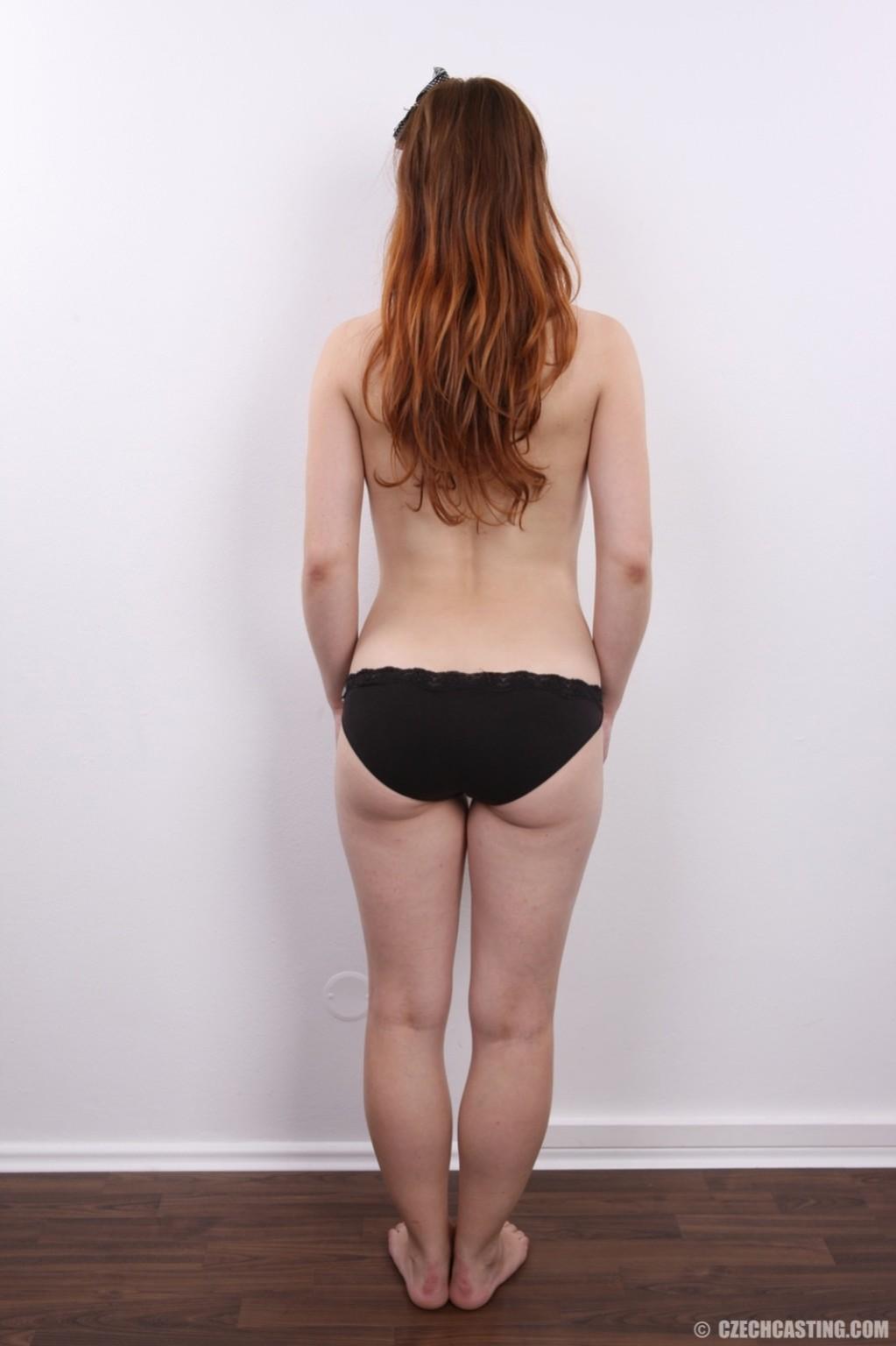Девушка на кастинге постепенно освобождает себя от невзрачной одежды и показывает все, что может