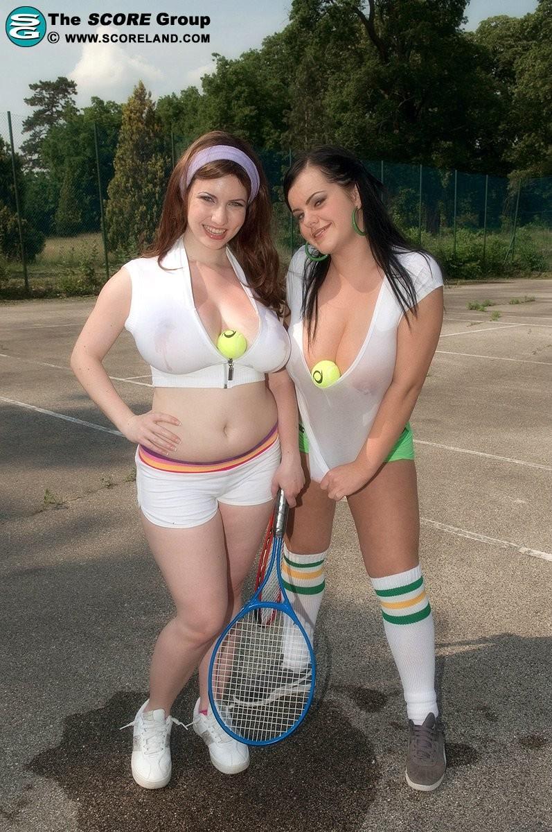 Сисястые тениссистки Карина и Менди раздеваются на игровом поле и прижимаются горячими телами друг к другу