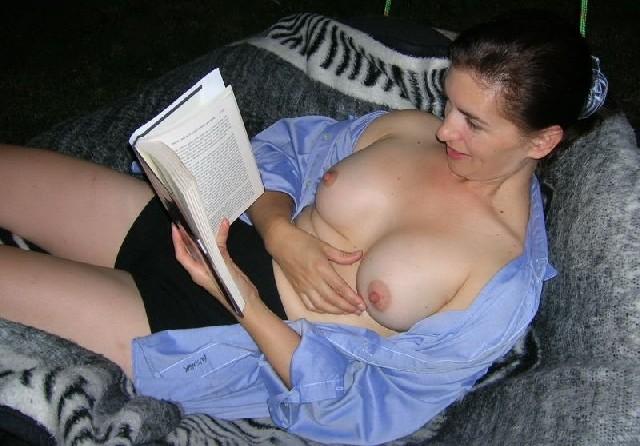 Пока женщина читает, кто-то фотографирует ее, ведь она специально расстегнула блузку и сняла лифчик