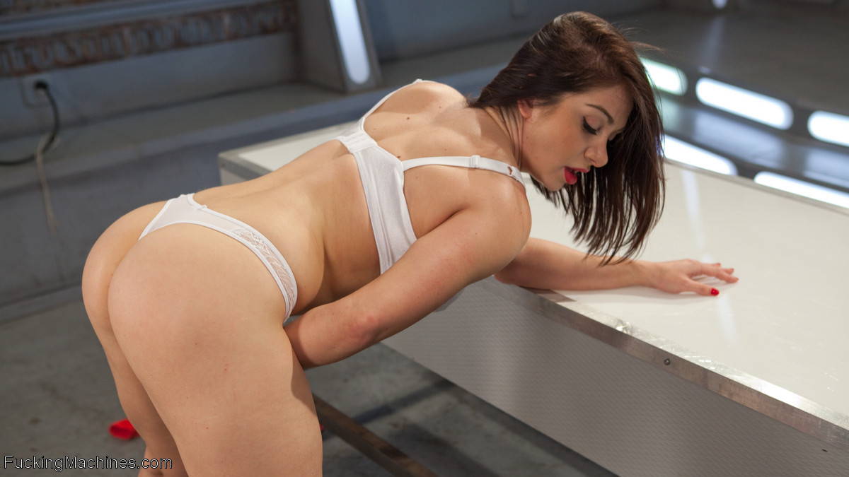 Лиа Лексис подставила свою знойную дырку под секс машину, которая без устали может трахать ее