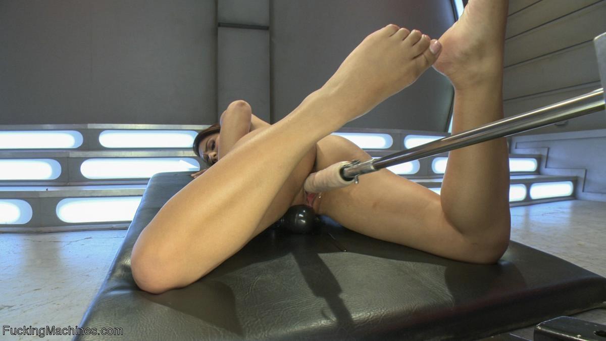 Лив Агилера перепробовала разные насадки на секс машинах и осталась вполне довольна мощными вибраторами