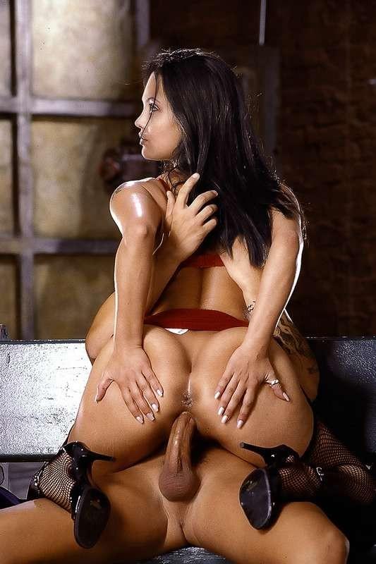 Горячая Анжелина Джоли еще та любительница серьезного траха, дает в жопу и принимает толчки спермы в лицо