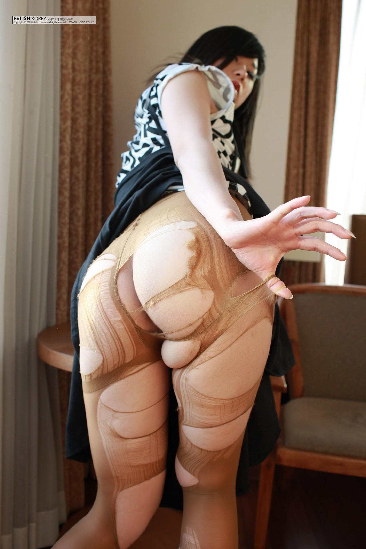 Кореянка специально для фетишистов разрывает на себе колготки и дразнит обнаженными частями тела