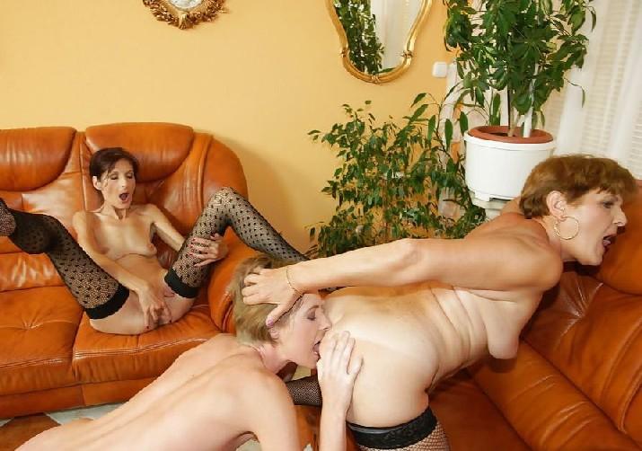 Девушки лижут друг другу задницы, доставляя удовольствие своей партнерше, чтобы та потом отблагодарила тем же