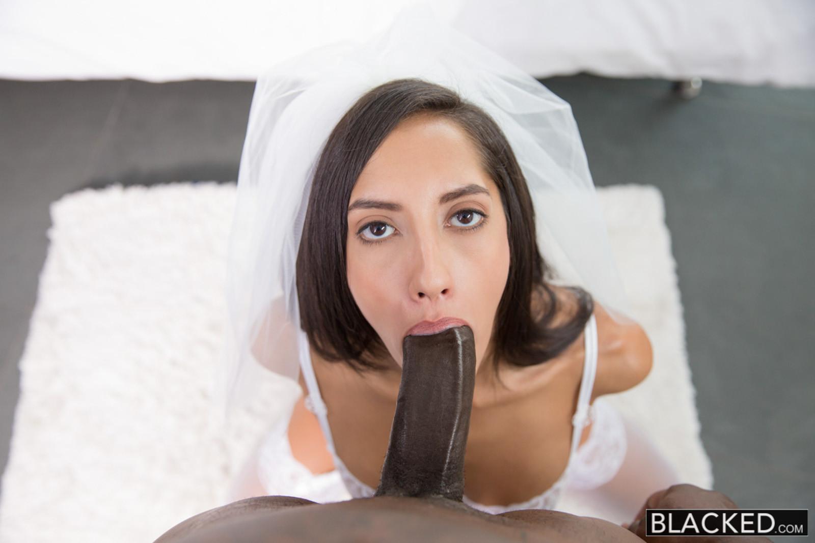 Девушка с фатой дразнит собой темнокожего красавца, а затем позволяет ему трахать себя