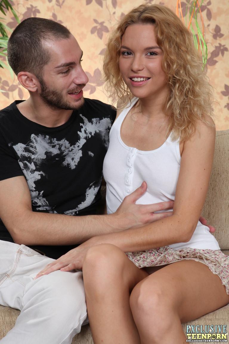 Сладенькая пизда кудрявой блонды хочет почувствовать внутри проворный язычок мужика