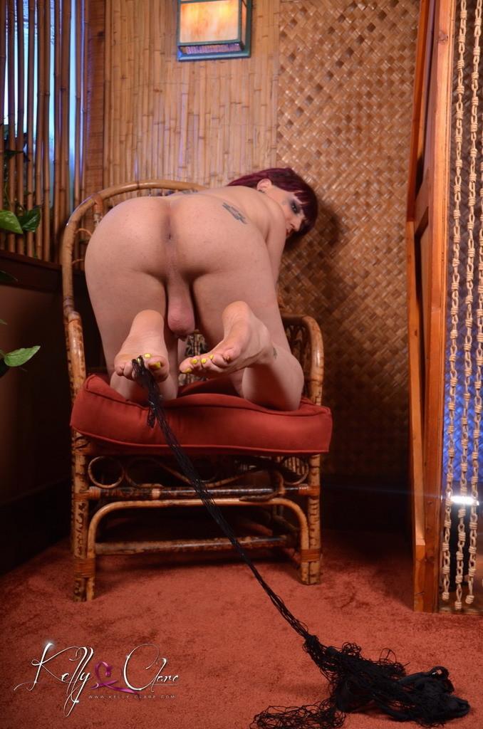 Транс Келли Кларе показывает свое тело, постепенно снимая все эротичное белье