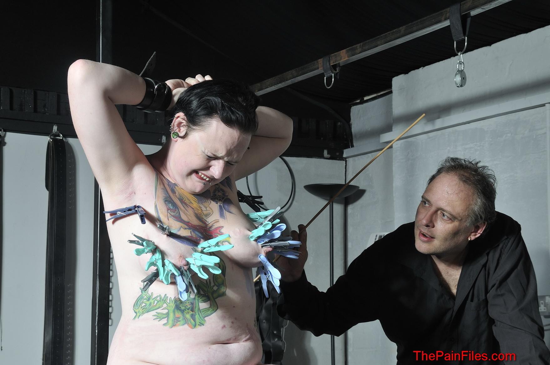 Пышная девушка решается испробовать прокол иглами груди и прищепки на сосках