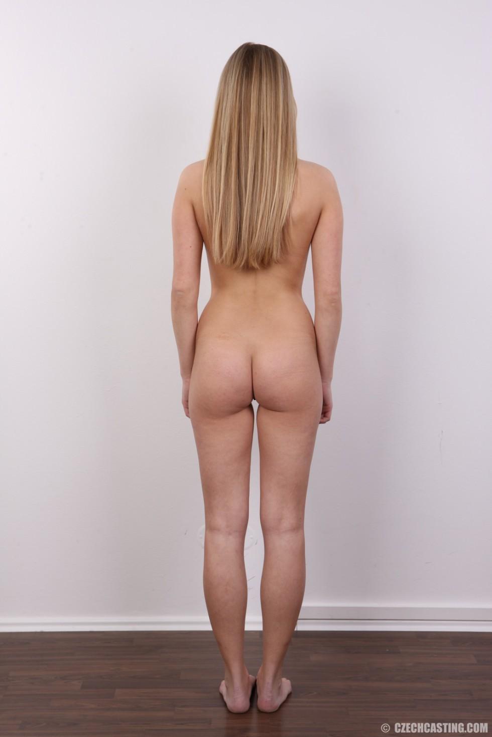 Молодая блондинка принимает участие в чешском кастинге и покорно исполняет все указания фотографа