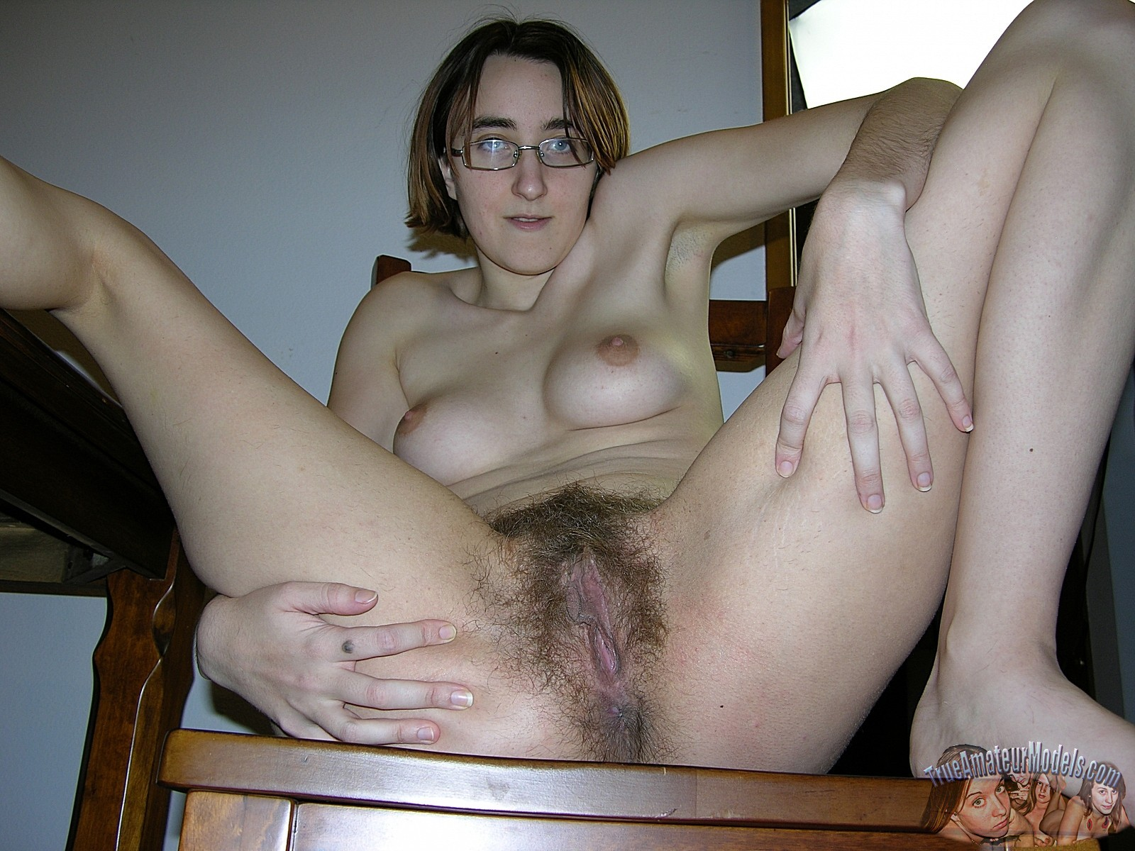 У очкастой телочки классные волосатые дырки, она показывает их и идет принимать ванну