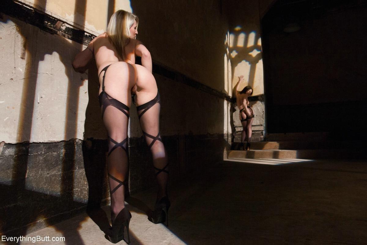 Три развратные шлюшки устраивают такие жаркие игры, что мужчины могут обкончаться от одного взгляда на них