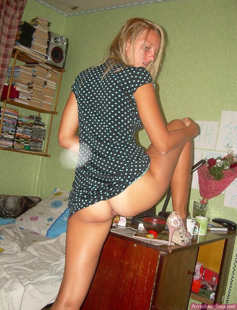 У блондинки много откровенных снимков, даже во время анального секса она не стесняется камеры