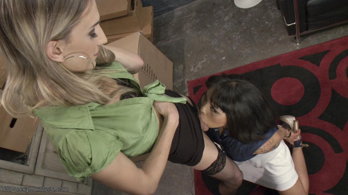 Азиатка спускается в подсобку и совсем не ожидает, что молодая девушка оттрахает ее настоящим членом
