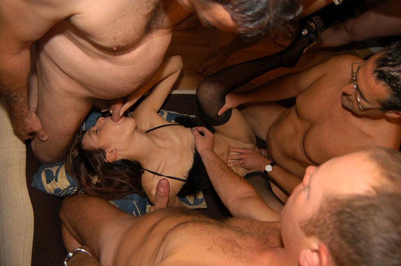 Телочка отдалась четырем мужикам, которые любят каждый по-своему трахаться