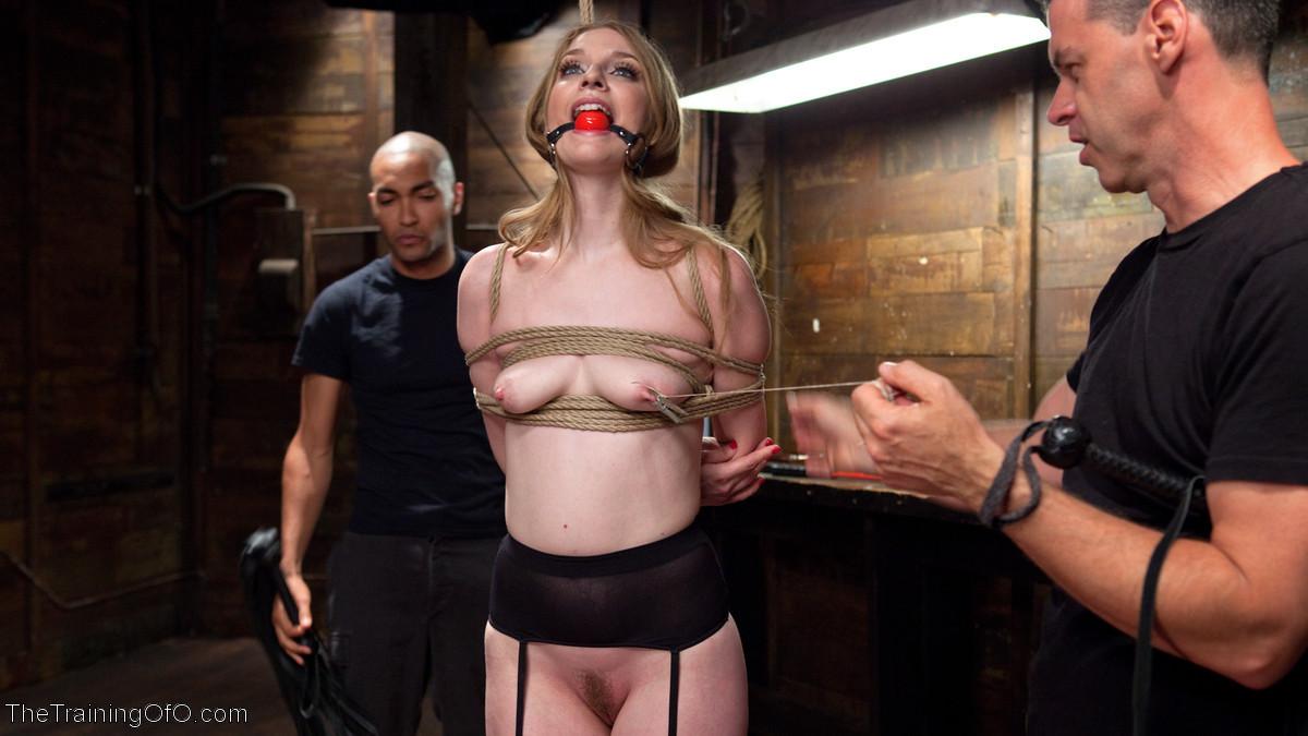 Ела Дарлинг с удовольствием принимает наказание от рук опытного Мики Мода и его ненасытного друга