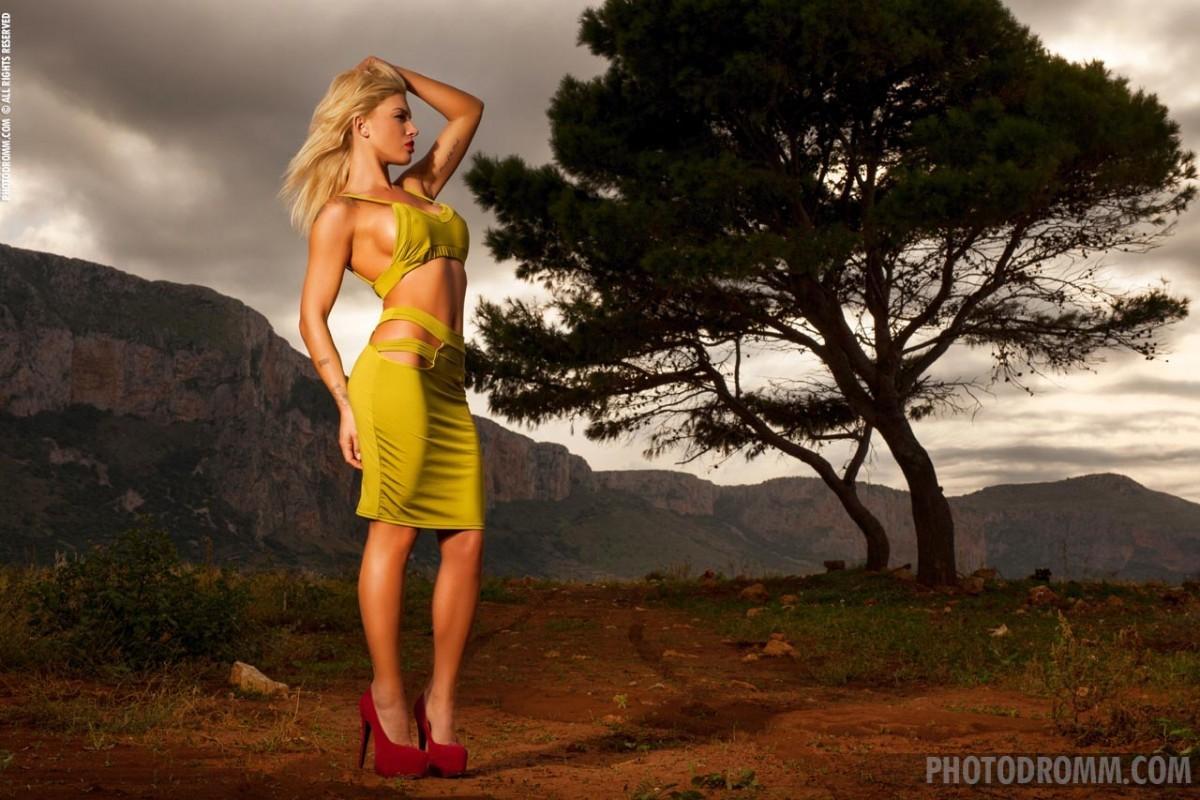 Фантастическая блондинка посреди горной дороги снимает свой наряд и оказывается голой