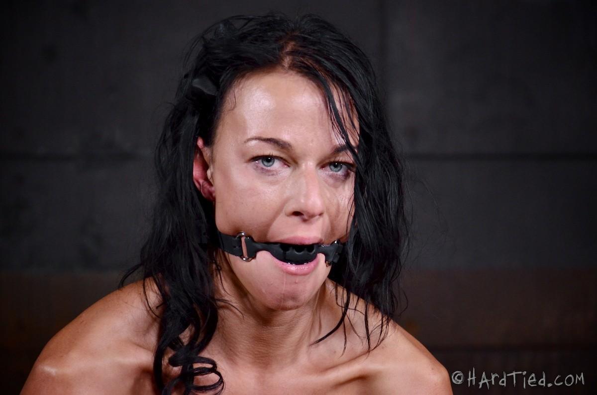 Брюнетку связывают в немыслимых позах, поэтому при виде ее хочется только одного – жестко оттрахать ее во все дырки