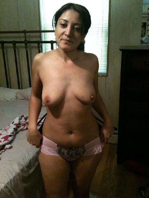 Кавказская женщина забывает о стеснении и показывает свое тело без одежды – для нее это необычно