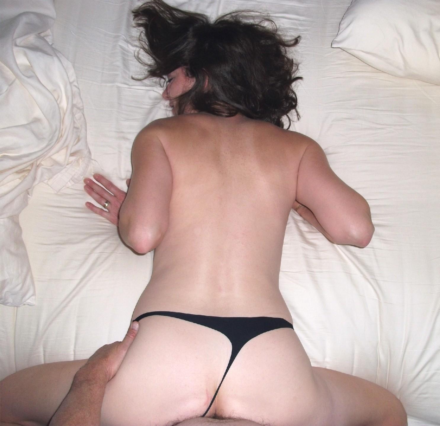 Опытная развратница не хочет, чтобы ее лицо попадало в кадр, а так она прочь съемки во время секса