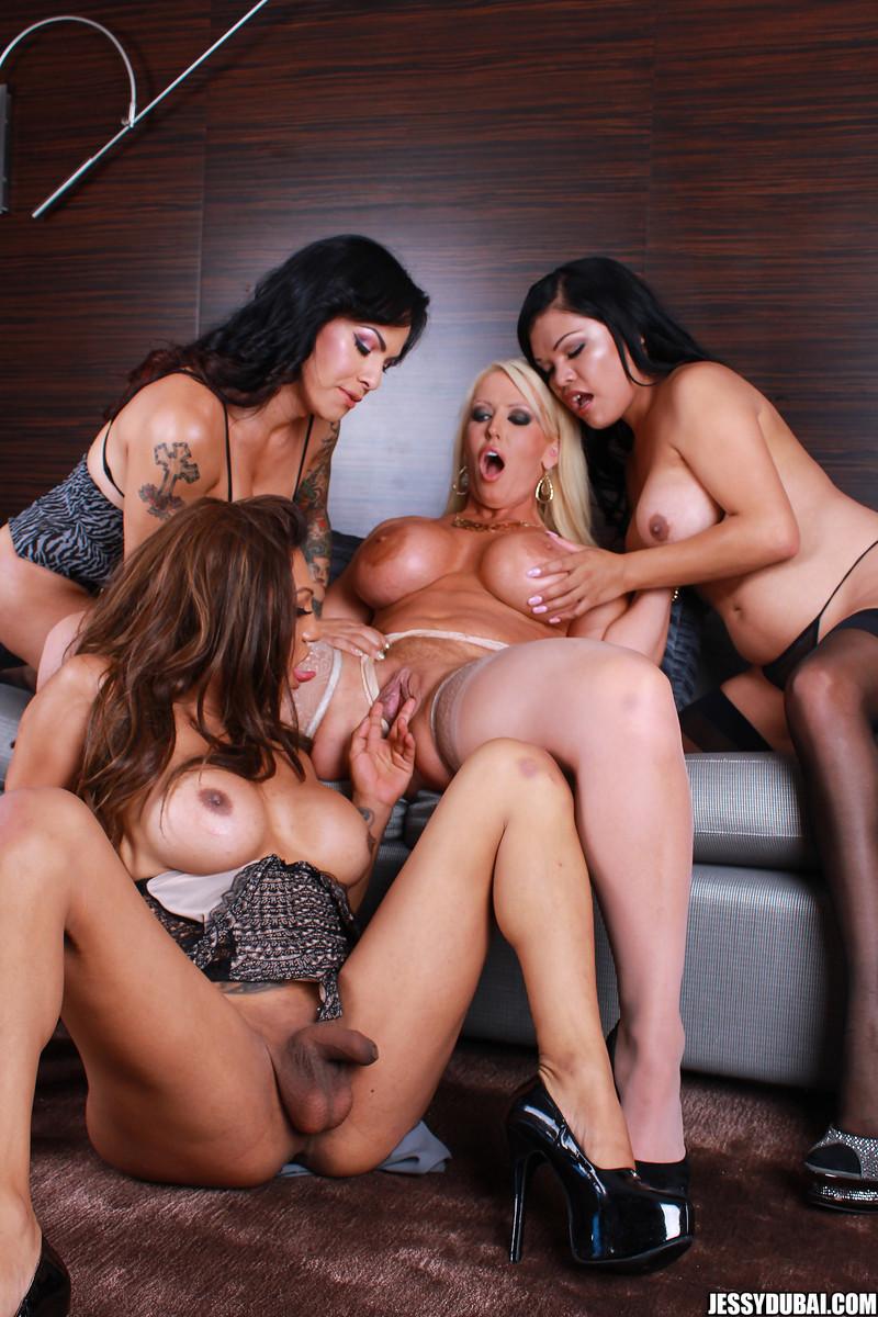 Сисястые телки трахаются с друзьями трансами после вечеринки для любителей экстремального траха