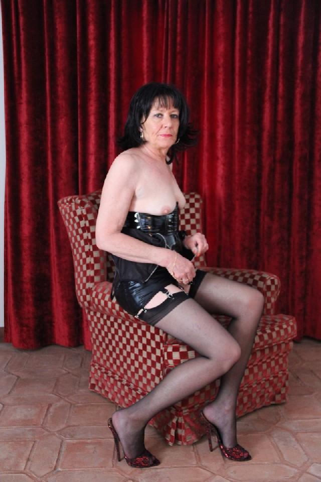 Несмотря на возраст, Джулия еще не прочь поучаствовать в эротической фотосессии, одевшись в сексуальное одеяние