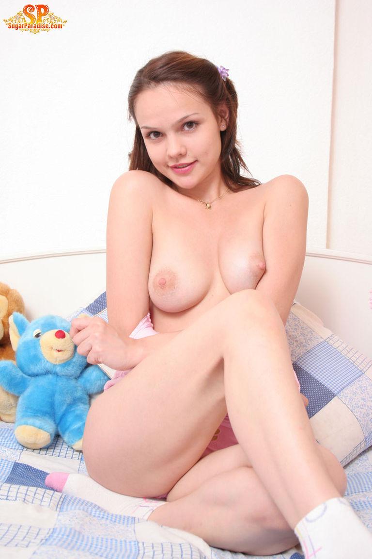 Красивая девушка все еще спит с мягкими игрушками, хотя наверняка, под подушкой к нее имеются и другие