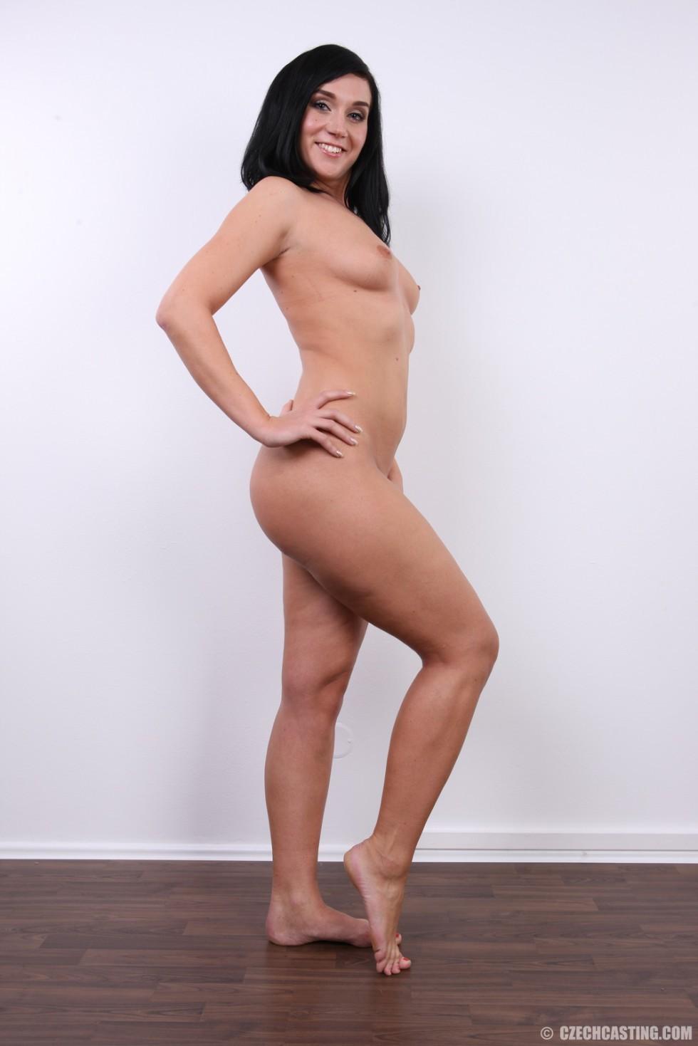 Хорошенькая девица оказывается еще той игривой сучкой, с удовольствием презентующей свое тело