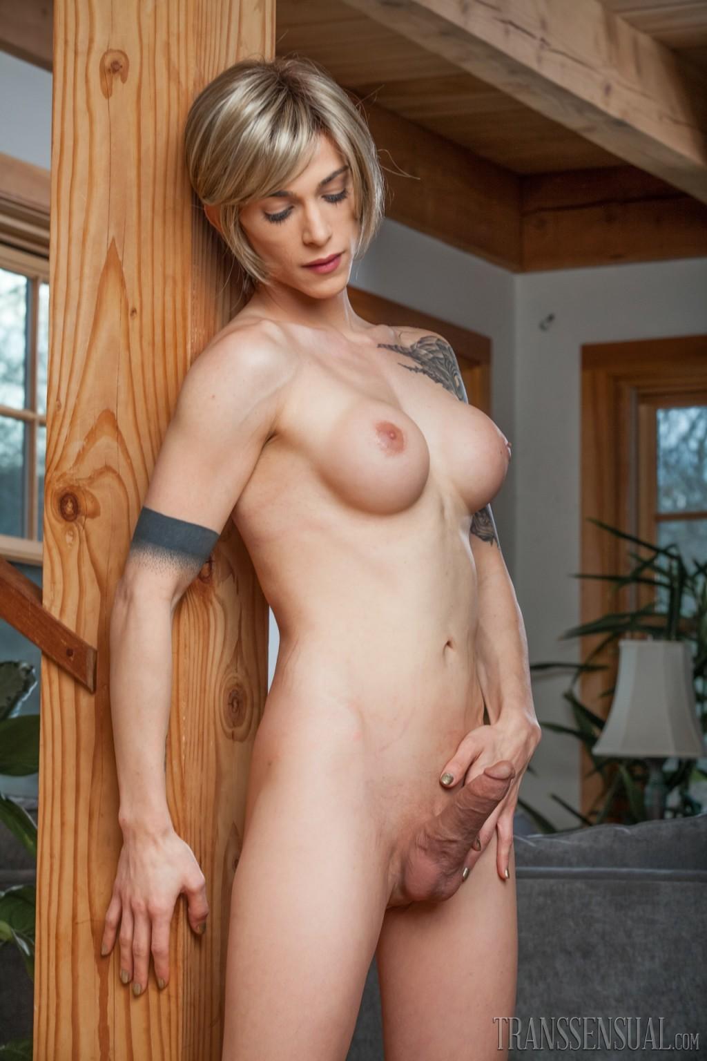 Зрелая подружилась с блондином трансом, ей всегда было интересно потискать одновременно и член и сиськи