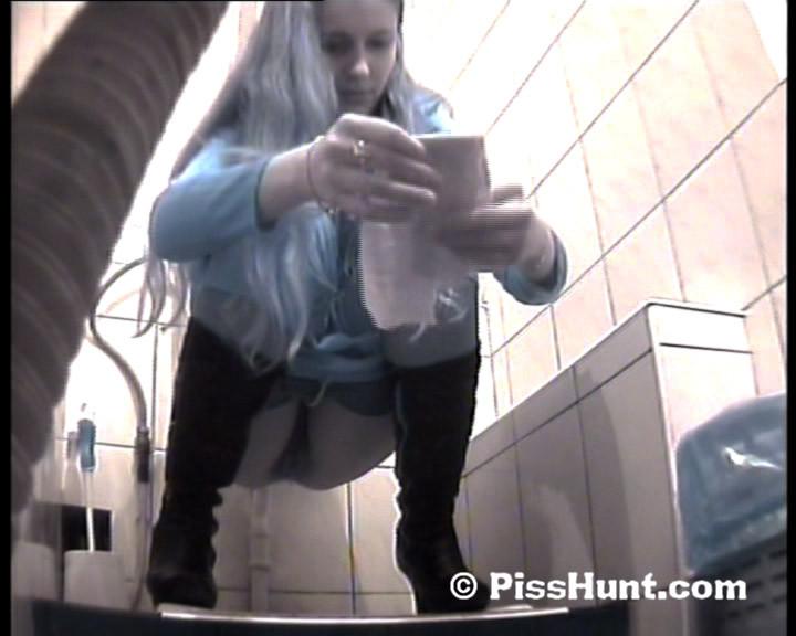 Скрытая съемка в женском туалете снова запечатлела писающих девушек, которые ни о чем не подозревают