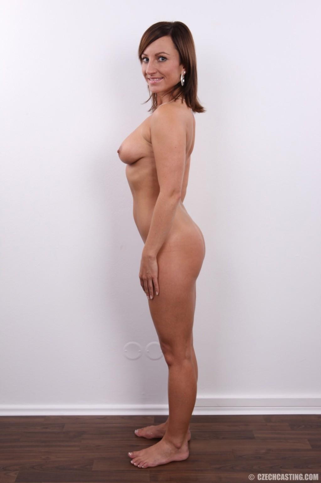 Развратница в белом сексуальном белье раздвигает себе пизду на камеру