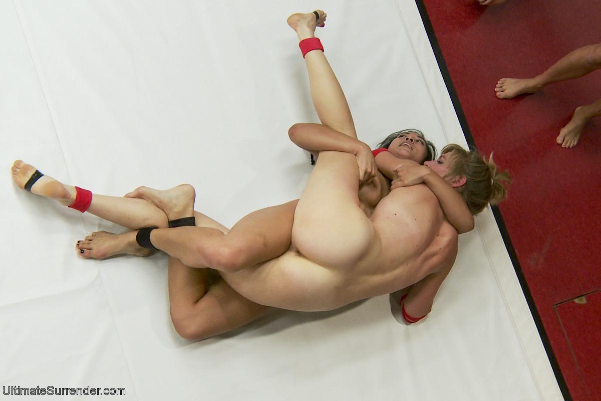 Девушки устраивают бои на ринге
