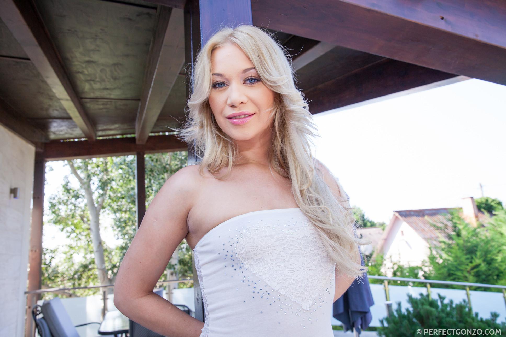Красивая блондинка Линдси Олсен снимает с себя леггинсы и подставляет свои дырочки для большого члена