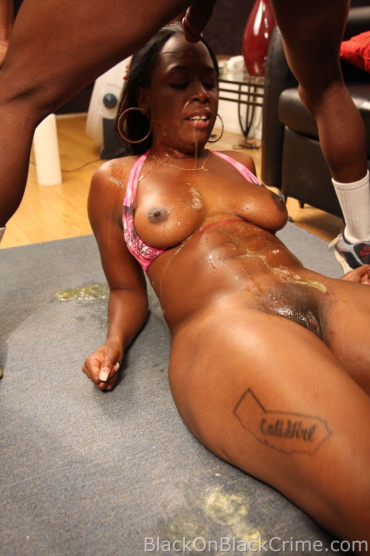 Мулат мощно трахает темнокожую девушку в ротик, а затем засаживает ей глубоко и между ног